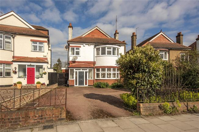 Guide Price £1,400,000, 5 Bedroom Detached House For Sale in London, N20