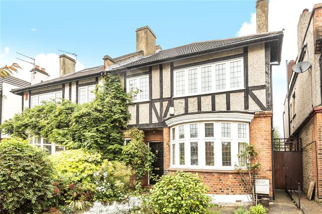 Asking Price £900,000, 4 Bedroom House For Sale in London, N20