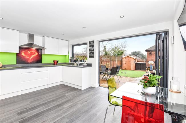 Guide Price £650,000, 4 Bedroom Terraced House For Sale in London, N20