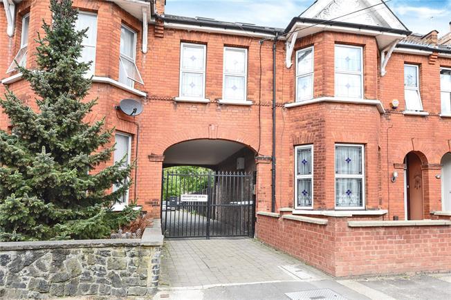 Guide Price £650,000, 3 Bedroom Flat For Sale in London, N12