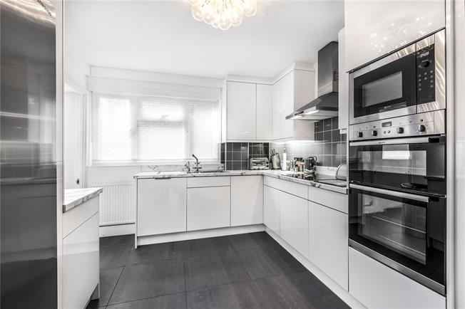Asking Price £465,000, 2 Bedroom Flat For Sale in New Barnet, EN5