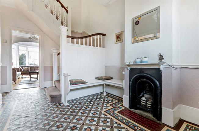 Asking Price £900,000, 4 Bedroom Semi Detached House For Sale in London, N20