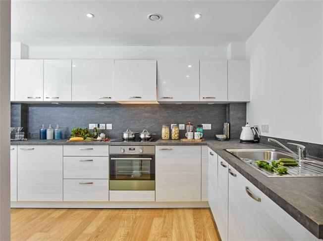 Guide Price £378,750, 2 Bedroom Flat For Sale in London, N12