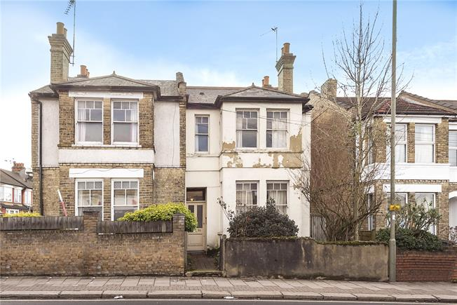 Guide Price £550,000, 3 Bedroom Semi Detached House For Sale in London, N20