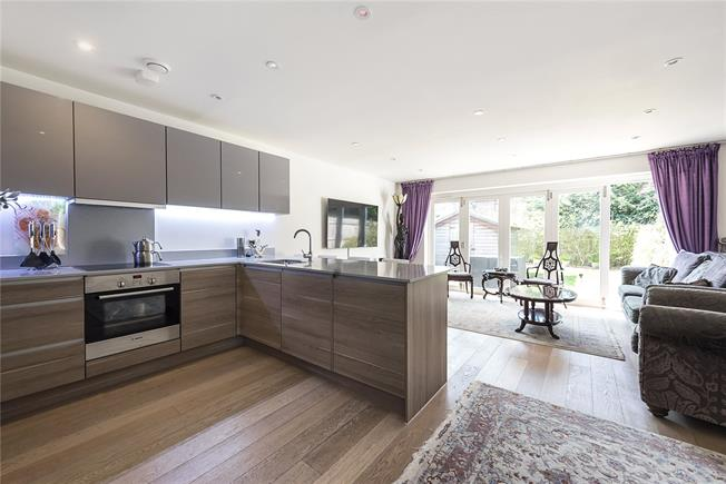 Guide Price £665,000, 4 Bedroom Semi Detached House For Sale in London, N20