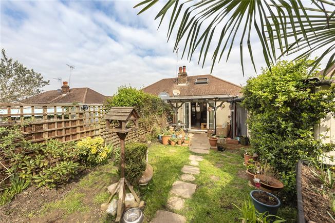 Guide Price £550,000, 2 Bedroom Bungalow For Sale in Barnet, EN4