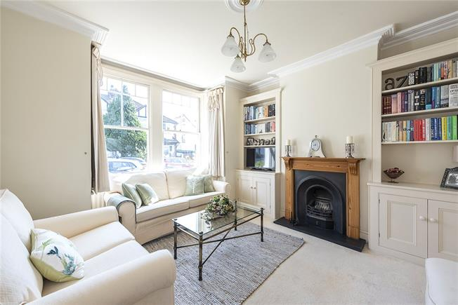 Guide Price £689,000, 3 Bedroom Semi Detached House For Sale in London, N20