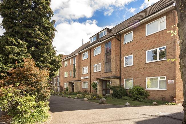Asking Price £340,000, 2 Bedroom Flat For Sale in New Barnet, EN5