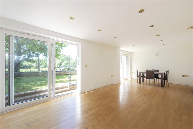 Guide Price £639,950, 4 Bedroom Detached House For Sale in London, N20