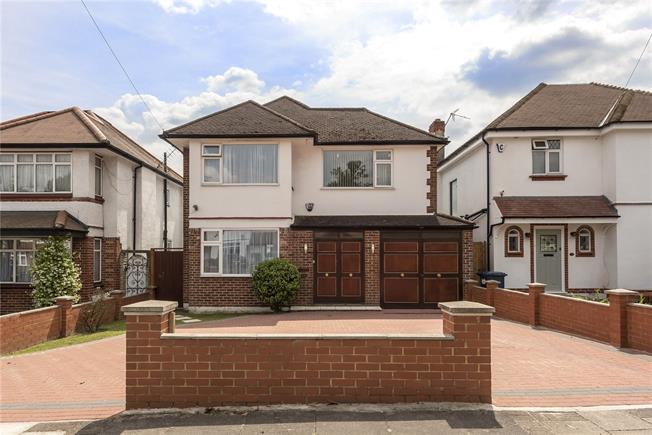 Guide Price £1,295,000, 3 Bedroom Detached House For Sale in London, N20