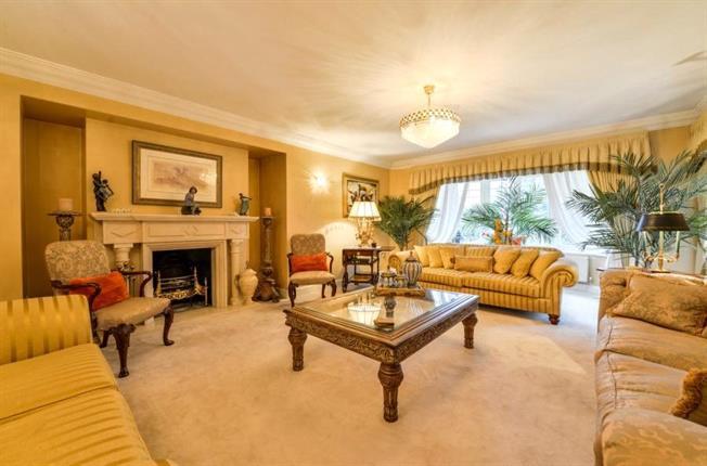 Asking Price £2,200,000, 5 Bedroom Detached House For Sale in Arkley, EN5