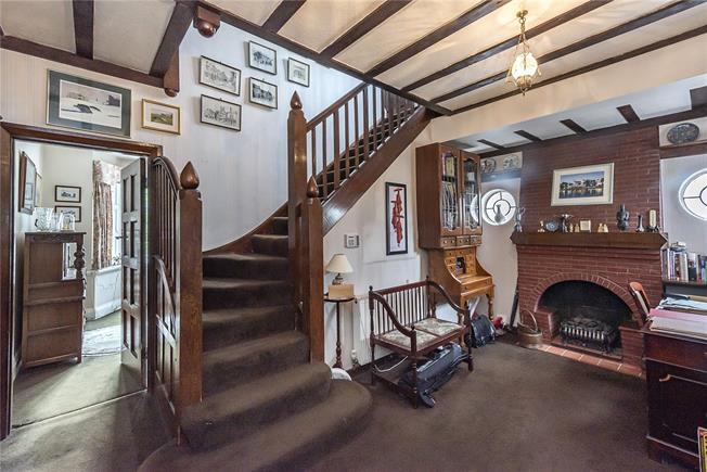 Guide Price £1,300,000, 4 Bedroom Garage For Sale in London, N20