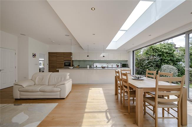 Guide Price £1,400,000, 5 Bedroom Detached House For Sale in London, N11