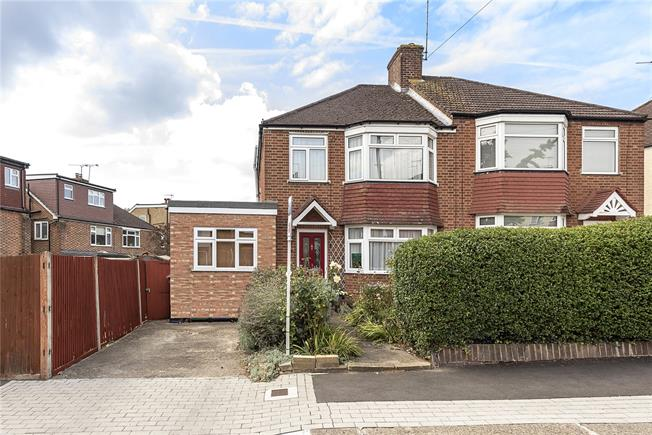 Guide Price £580,000, 3 Bedroom Semi Detached House For Sale in Barnet, EN5