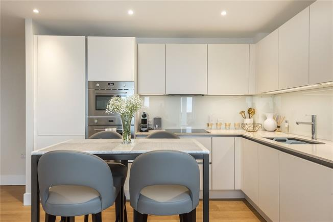 Guide Price £600,000, 2 Bedroom Flat For Sale in London, N20