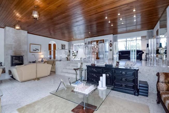 Guide Price £1,650,000, 4 Bedroom Bungalow For Sale in Barnet, EN5