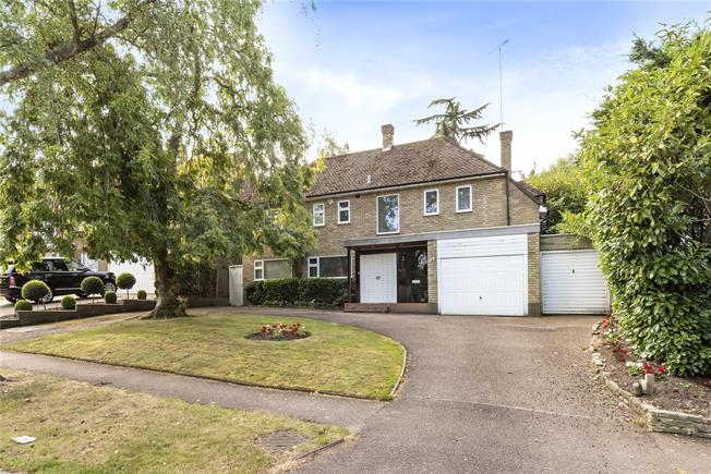Guide Price £1,750,000, 4 Bedroom Detached House For Sale in London, N20