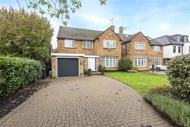 Guide Price £1,400,000, 4 Bedroom Detached House For Sale in Barnet, EN4