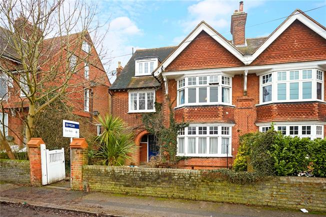 Guide Price £200,000, 1 Bedroom Flat For Sale in Reigate, RH2