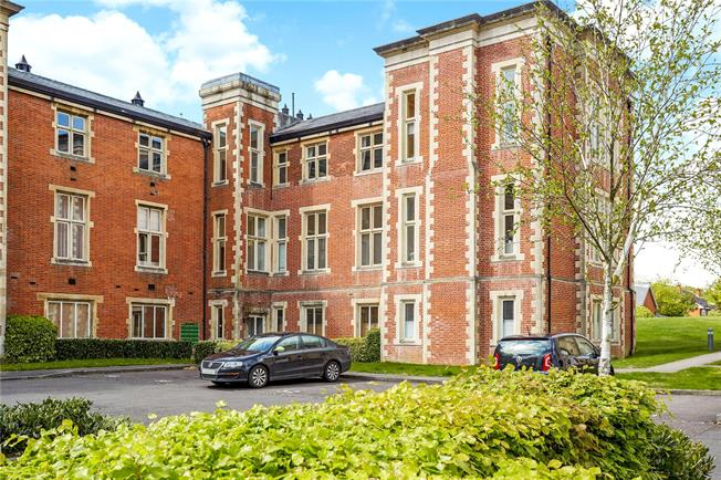 Guide Price £385,000, 2 Bedroom Flat For Sale in Redhill, Surrey, RH1
