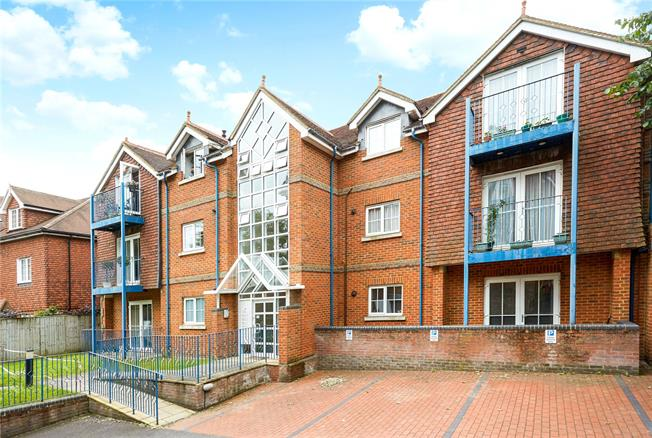 Guide Price £340,000, 2 Bedroom Flat For Sale in Reigate, Surrey, RH2