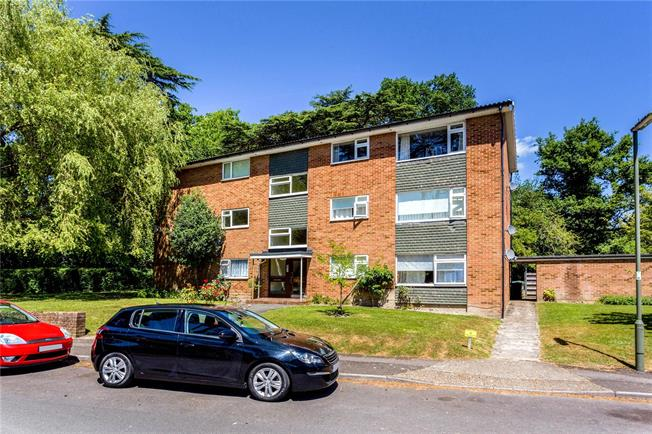 Guide Price £275,000, 2 Bedroom Flat For Sale in Reigate, Surrey, RH2