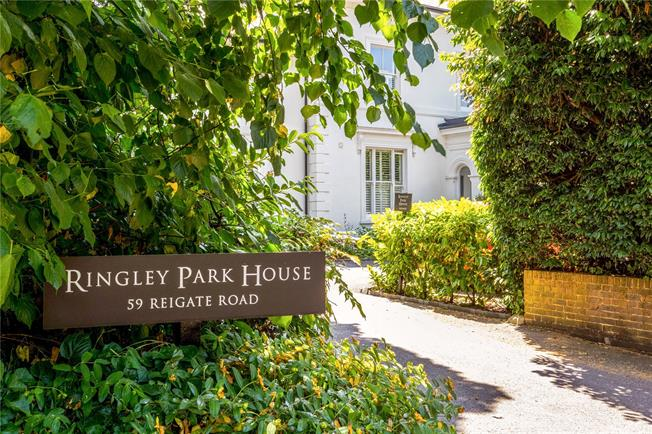 Guide Price £445,000, 2 Bedroom Flat For Sale in Reigate, RH2