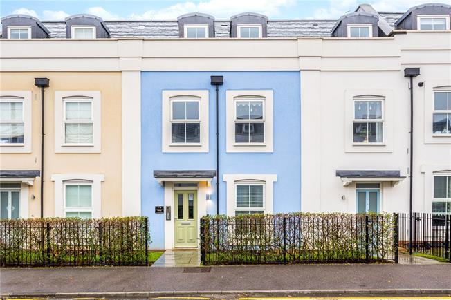 Guide Price £325,000, 2 Bedroom Flat For Sale in Reigate, Surrey, RH2