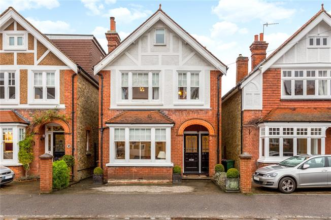 Guide Price £875,000, 5 Bedroom Detached House For Sale in Reigate, RH2