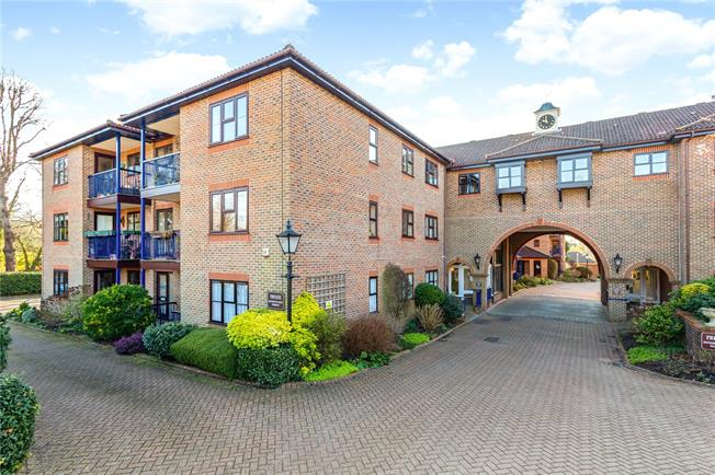 Asking Price £250,000, 2 Bedroom Flat For Sale in Reigate, RH2