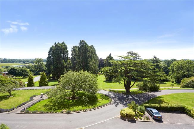 Guide Price £300,000, 1 Bedroom Flat For Sale in Redhill, RH1
