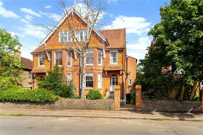 Asking Price £350,000, 2 Bedroom Flat For Sale in Reigate, RH2