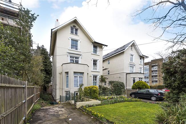 Asking Price £370,000, 2 Bedroom Flat For Sale in Surbiton, KT6