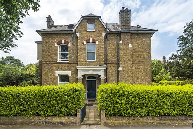 Asking Price £475,000, 3 Bedroom Flat For Sale in Surbiton, KT5