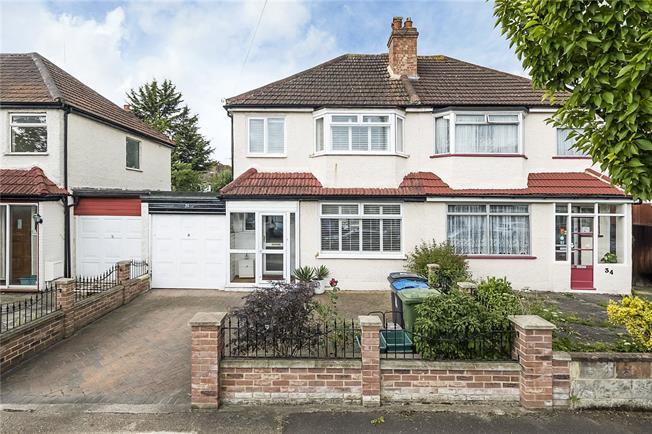 Asking Price £535,000, 3 Bedroom Garage For Sale in Surbiton, KT6