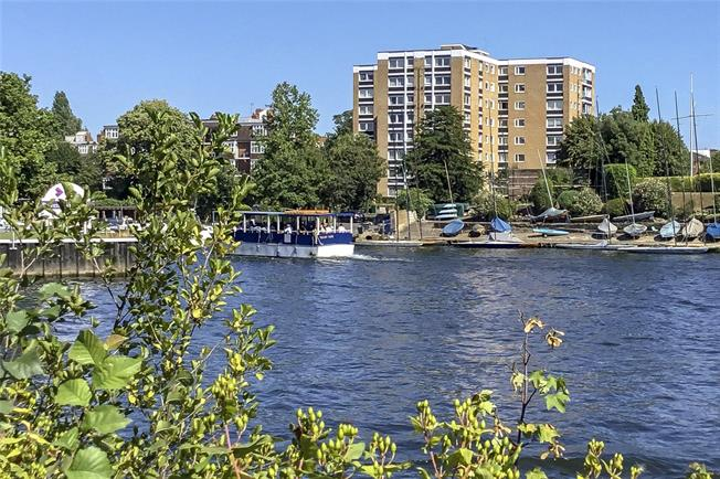 Asking Price £575,000, 2 Bedroom Flat For Sale in Surbiton, KT6