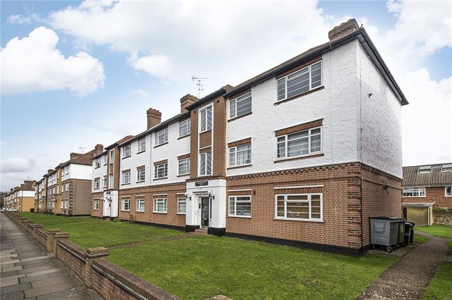 Asking Price £375,000, 2 Bedroom Flat For Sale in Twickenham, TW2