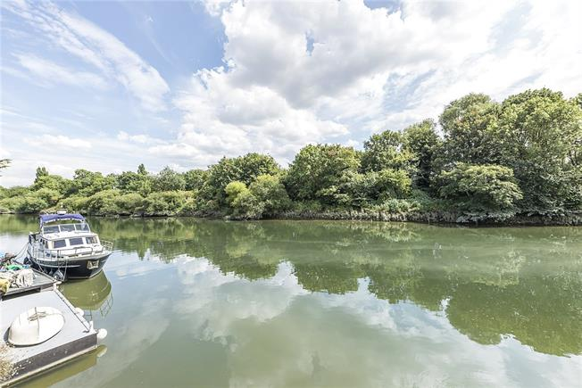 Guide Price £500,000, 1 Bedroom Detached House For Sale in Twickenham, TW1