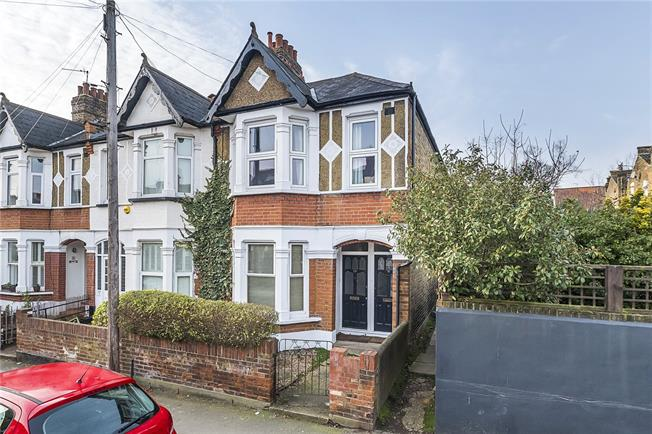 Guide Price £375,000, 1 Bedroom Flat For Sale in Twickenham, TW2