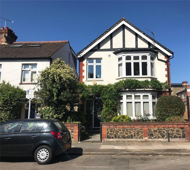 Guide Price £1,295,000, 4 Bedroom Detached House For Sale in Twickenham, TW1