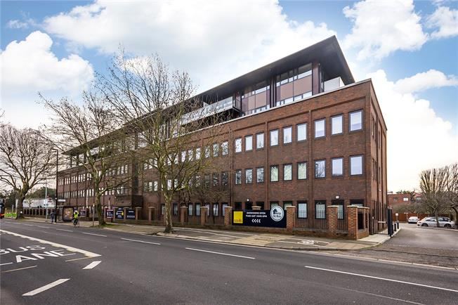 Guide Price £455,000, 1 Bedroom Flat For Sale in Isleworth, TW7