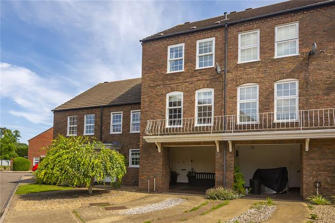 Guide Price £650,000, 4 Bedroom Terraced House For Sale in Twickenham, TW2