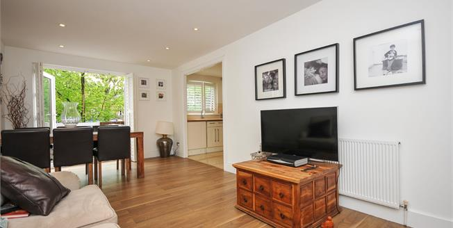 Asking Price £365,000, 2 Bedroom Flat For Sale in Bromley, BR2