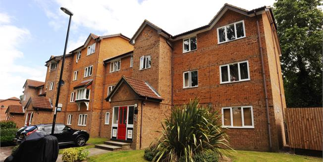 Guide Price £250,000, 2 Bedroom Flat For Sale in London, SE6