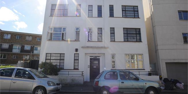 Asking Price £180,000, 2 Bedroom Upper Floor Flat For Sale in London, SE6