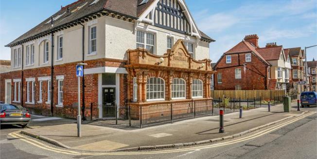 £175,000, 2 Bedroom Flat For Sale in Folkestone, CT19