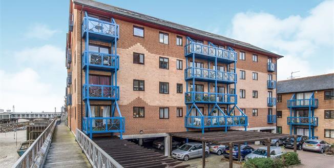 Guide Price £230,000, 2 Bedroom Flat For Sale in Gravesend, DA11