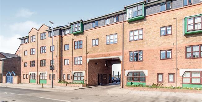 Guide Price £120,000, 1 Bedroom Flat For Sale in Gravesend, DA11