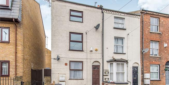 Guide Price £170,000, 2 Bedroom Flat For Sale in Kent, DA12