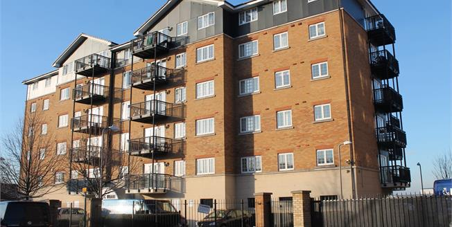 Asking Price £210,000, 2 Bedroom Flat For Sale in Gravesend, DA11